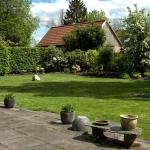 1203_EVK_tuin-Karen_zijtuin-met-terras-en-bloeiende-meidoorn